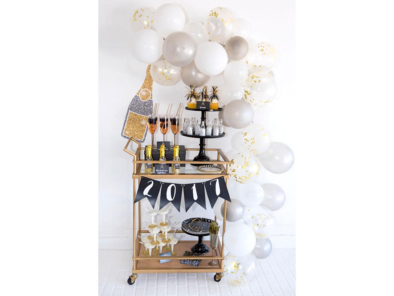 Make Your Own Balloon Garland Fun365